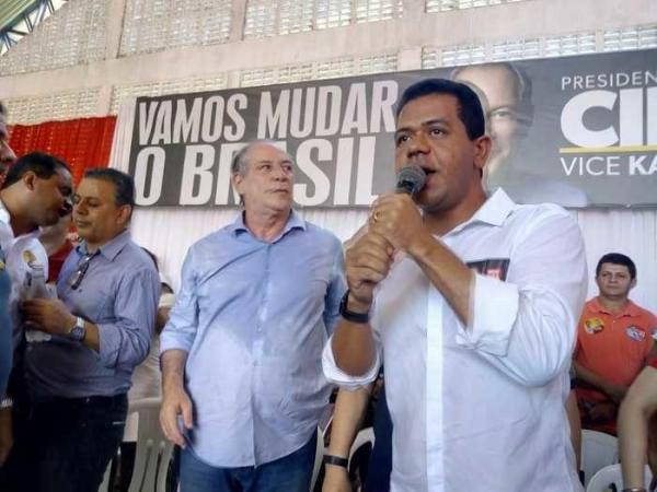 Ciro Gomes ao lado de Luciano Leitoa (Crédito: Efrém Ribeiro) Ciro Gomes ao lado de Luciano Leitoa, prefeito de Timon (Crédito: Efrém Ribeiro)