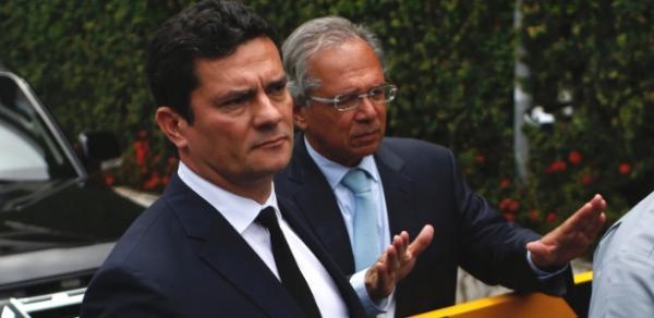 O juiz Sergio Moro deixa casa de Bolsonaro após aceitar ministério