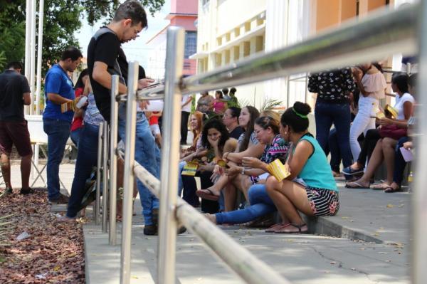 ENEM 2018 - DOMINGO (4) – TERESINA (PI) – Candidatos aguardam abertura dos portões no colégio Liceu Piauiense. — Foto: Renan Morais/G1