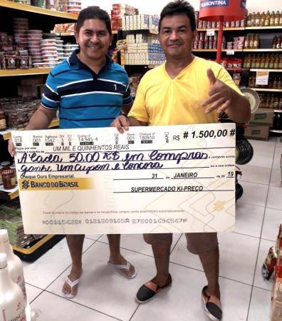 O ganhador do Cheque recebendo o prêmio da mão do empresário Gesimon