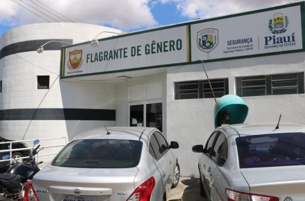 Suspeito foi conduzido para a Central de Flagrante de Gênero de Teresina — Foto: Lucas Marreiros/G1 PI
