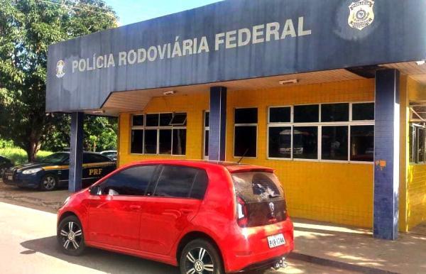 Foto: Divulgação/PRF - Os agentes da PRF abordaram o veículo na BR-343 com sete ocupantes.