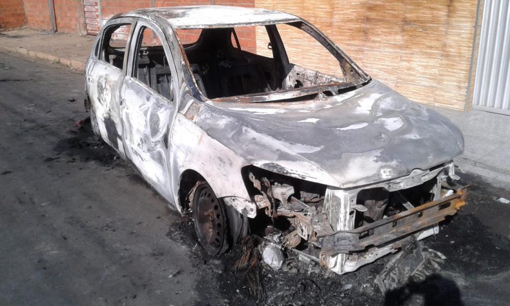 Bandidos arromba e incendeiam um carro em Água Branca
