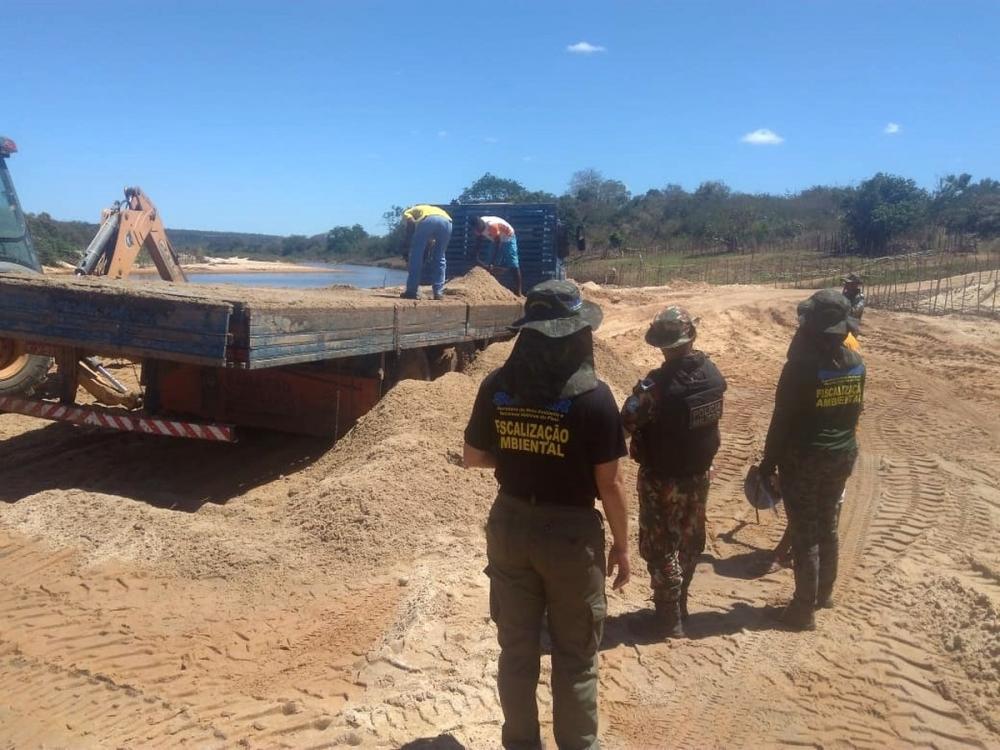 Operação flagra extração de areia no Rio Canindé — Foto: Divulgação/Semar