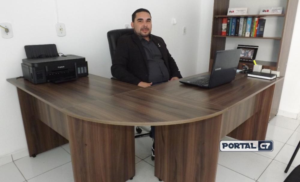 Advogado Juliano Cavalcanti em seu novo escritório em Amarante