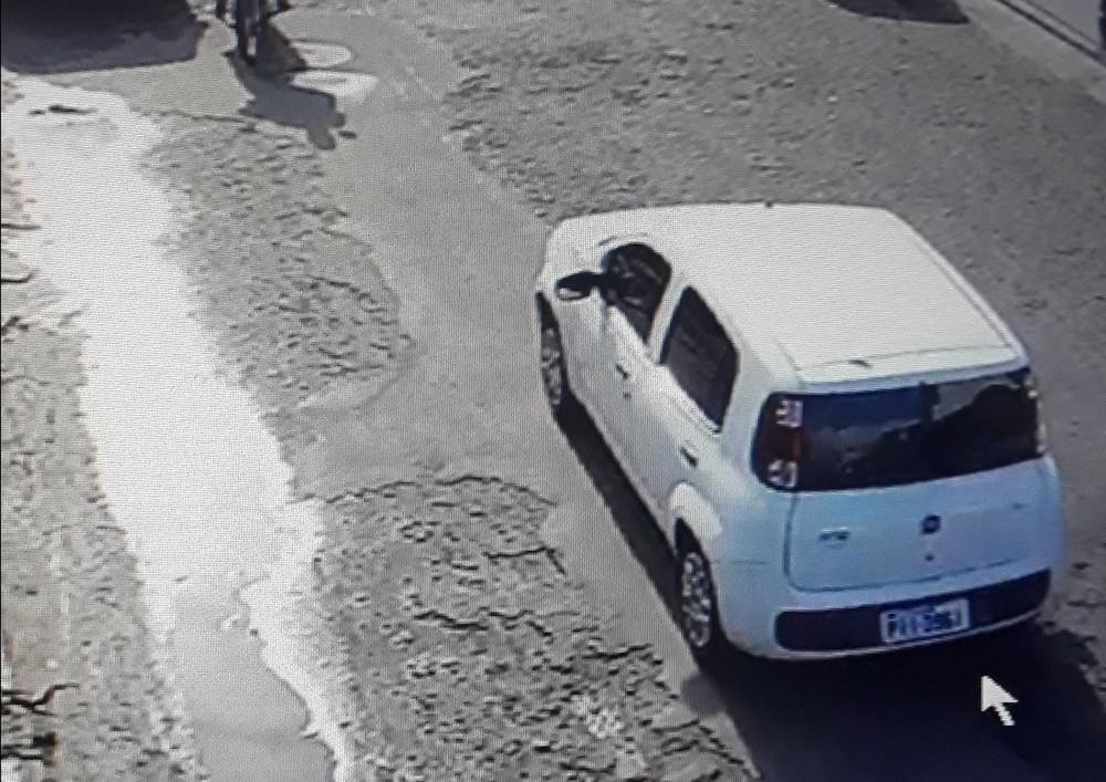 Suspeitos de assalto aos Correios em Água Branca fugiram em um Fiat Uno — Foto: Divulgação/PM