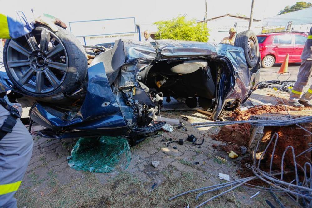 Acidente deixou o carro completamente destruídoAcidente deixou o carro completamente destruído Foto: Alef Leão/GP1