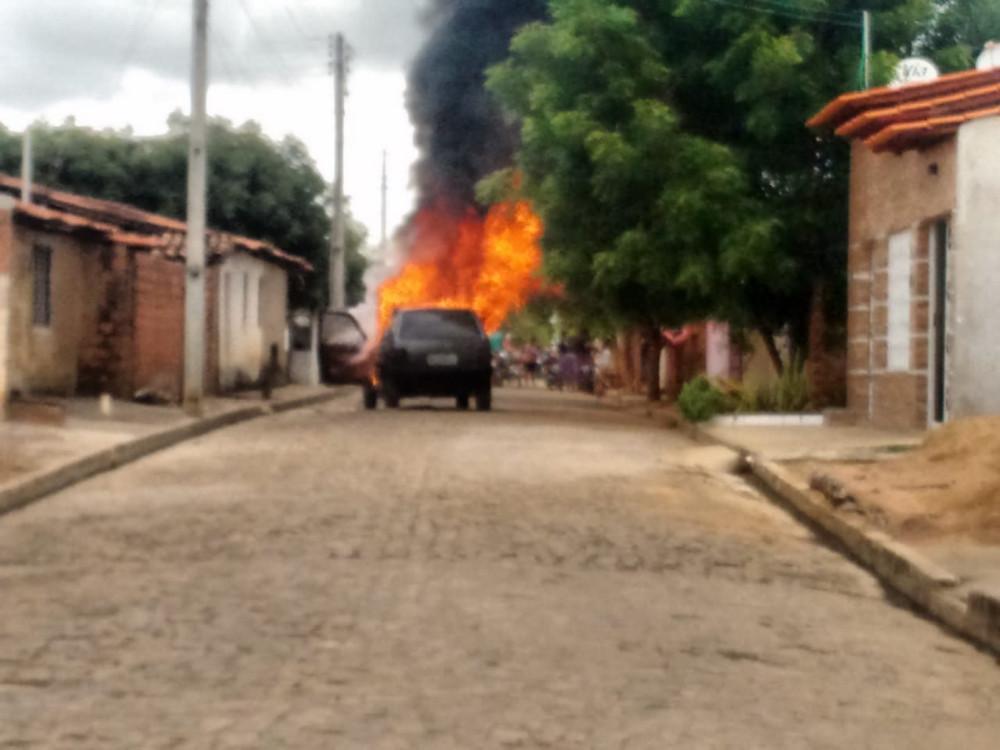 Carro incendeia após pane elétrica no Bairro Angelim, em Hugo Napoleão