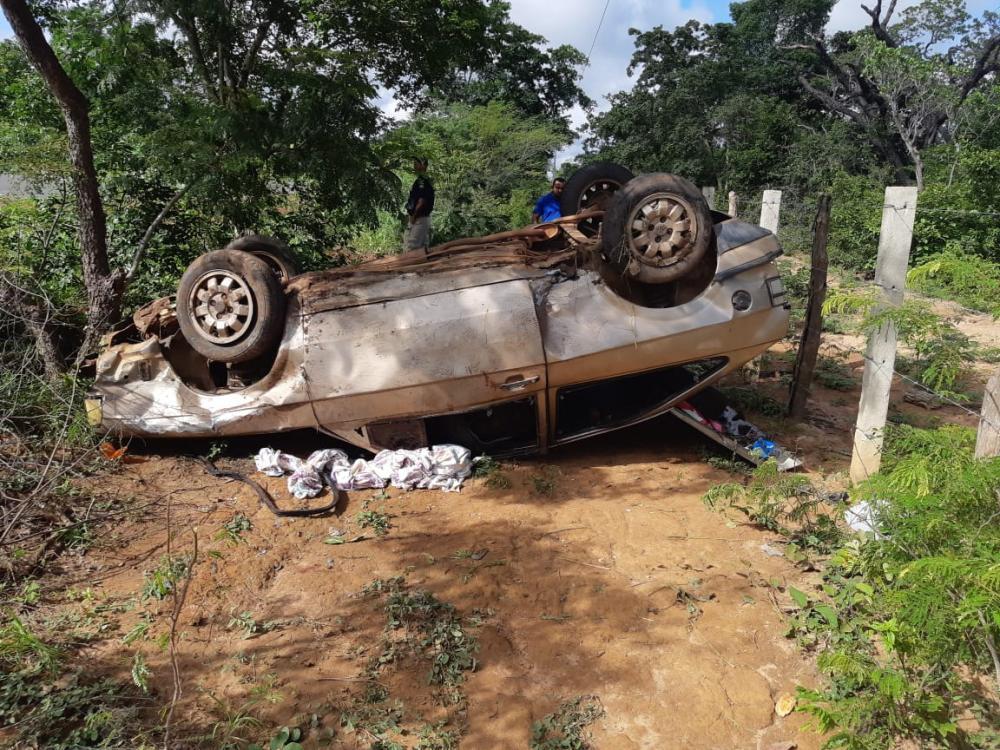O veículo capotou porque o motorista dormiu ao volante (Foto: Divulgação / PRF)