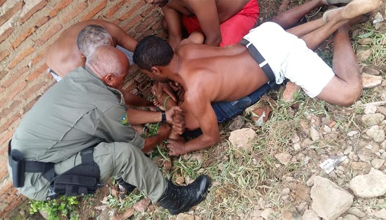 Foto: Portal MP5 - Momento em que o suspeito é imobilizado pelo policial e moradores logo após o crime