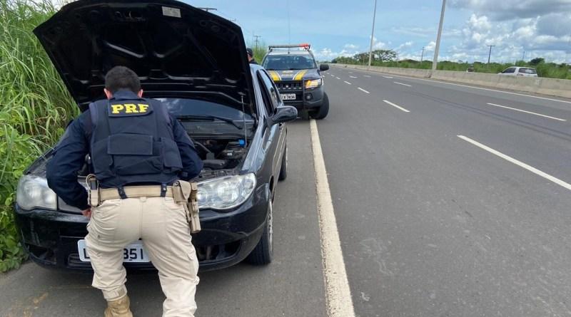 Os policiais deram voz de prisão aos indivíduos que foram algemados devido serem de alta periculosidade.