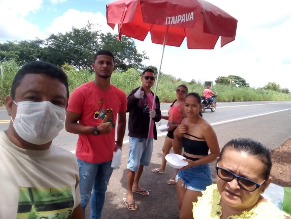 Grupo doa quentinhas e água para caminhoneiros na BR 343 em São Pedro do Piauí