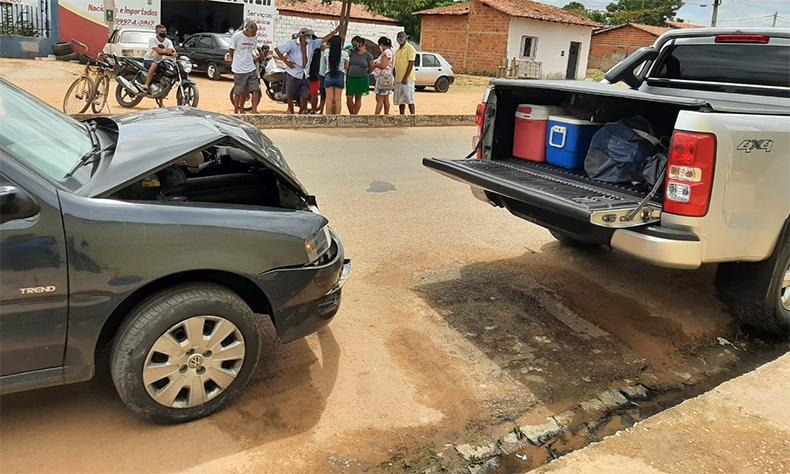 O VW Gol bateu forte na traseira da picape