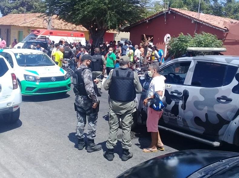 Multidão se formou após a troca de tiros entre policiais militares Foto: WhatsApp