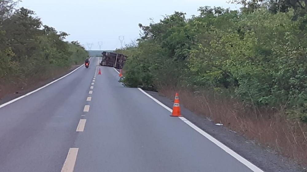 Foto: Divulgação/PRF Carreta tomba em rodovia de Luís Correia