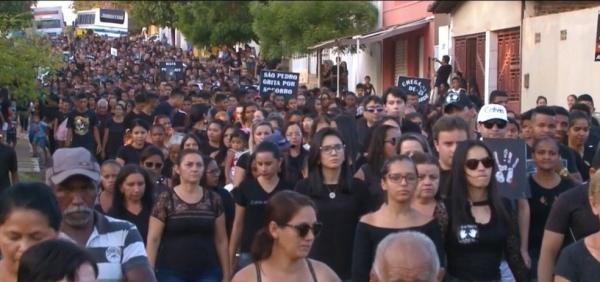 Moradores de São Pedro do Piauí realizaram caminhada pedindo paz (Foto: Reprodução TV Clube)