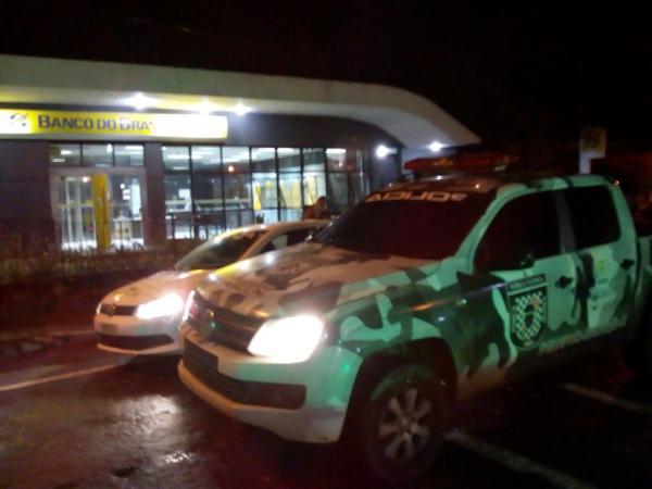Angical: bandidos sequestra motorista, fecha BR com ônibus e explode banco